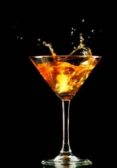 动感飞溅的酒水图片
