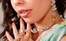 带着宝石首饰的高雅美女图片