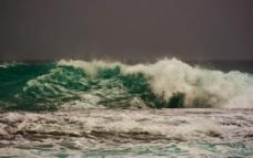 汹涌的海浪图片