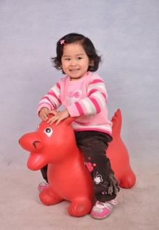 骑马的小女孩图片