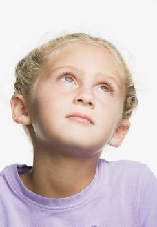 凝神观望的小女孩图片