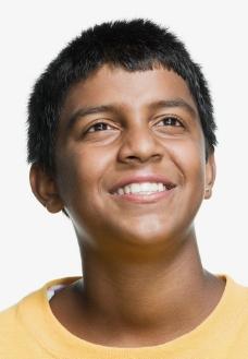 凝神微笑小男孩图片