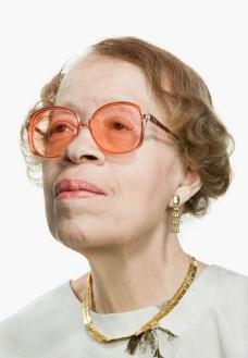 凝神观看的老妇人图片
