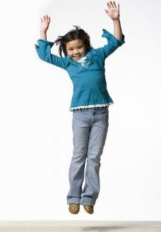 兴奋跳跃的小女孩图片