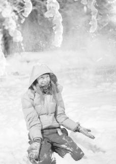玩雪的女人图片