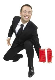 手拿礼品盒的男人图片
