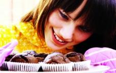 美女烤蛋糕图片