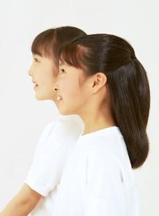 两个灿烂微笑的小女孩小姐妹图片