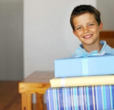 小男孩送礼图片