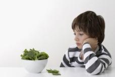 吃蔬菜的孩子图片