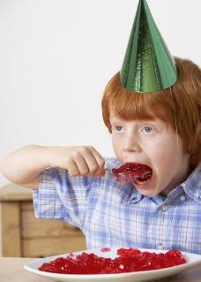大口吃奶油的孩子图片