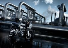 管道下的新品摩托车图片