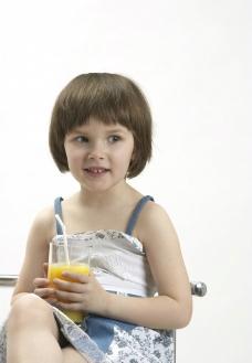 喝饮料的小女孩图片