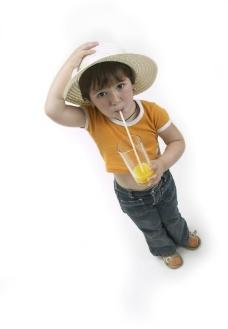 喝饮料的孩子图片