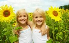 向日葵旁的小女孩图片