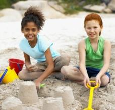沙滩快乐玩耍的小女孩图片