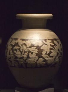 赤峰窑白釉划花填黑彩牡丹纹尊图片