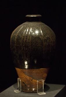 黑釉凸线纹瓶图片